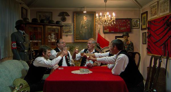 Un grupo de amigos bebe a la salud de Adolf Hitler recordando viejos tiempos.
