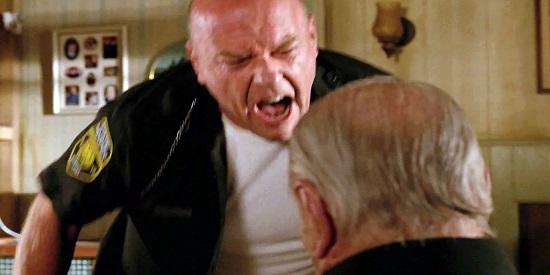 """Dean Norris, en el papel de sherif nazi, protagoniza uno de los momentos más tensos de """"Remember""""."""