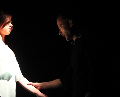 Javier Aranzadi, en un momento del ensayo, con Celia Medrano.