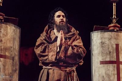 El actor Jacobo Muñoz como Pedro el Ermitaño arengando a las tropas para la toma de Jerusalén