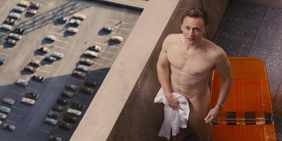 El doctor Robert Lang (Tom Hiddleston) es el último inquilino en llegar a ese extraño edificio.