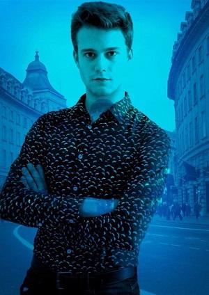 El actor Jaime Riba, también interpreta a Ángel, y es el ayudando de dirección Tomás Cabané En la capital