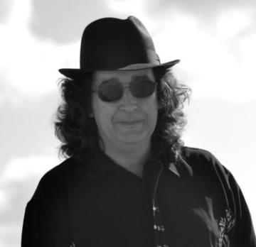 Paco Gómez Escribano, con su literatura quinqui inconfundible, es uno de los autores españoles de esta antología internacional.