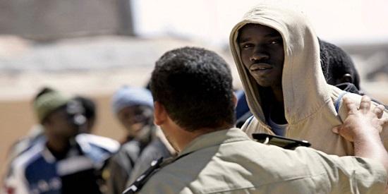 """En la trama compleja de """"Demasiado ruido"""" un grupo de subsaharianos quema a un mendigo, y ahí arranca la narración policial."""