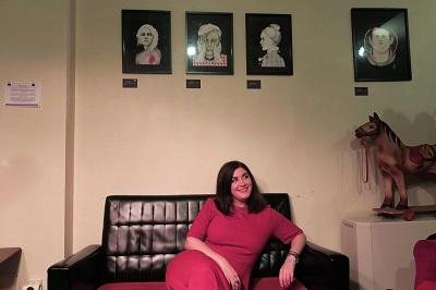 En la imagen Patricia Cruz, bajo sus obras en el Ambigú del Umbral de Primavera