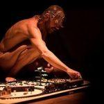 Santi Senso en Casta, Peste y Eternidad, más desnudo que nunca
