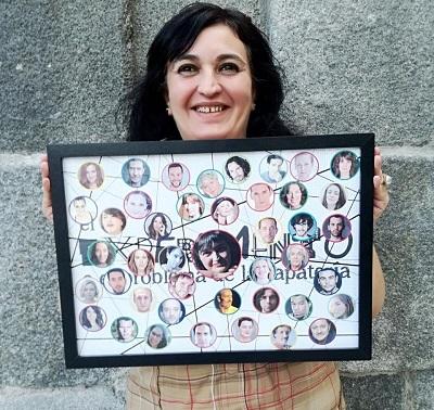 En la imagen Coral, feliz con un cuadro que le regaló de Luis Turpín, una orla con los actores que hasta ese día habían pasado por El Experimento.