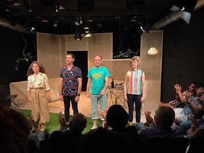 Los actores María Segalerva, Marcos Fernández, Antonio Romero y Maya Reyes, saludando al público, que llenaba la sala, sus aplausos