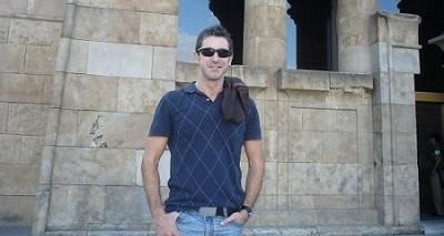 En la imagen Marco, un autor, actor y director, con una trayectoria personal por la que asciende con paso firme