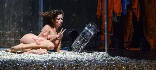 La polifacetica actriz Julia Monje nos demuestra que su flexibilidad puede transformarla en la mujer plastilina en un momento de la representación de 10% de Tristeza de Rakel Camacho y Mireia Villa Soriano