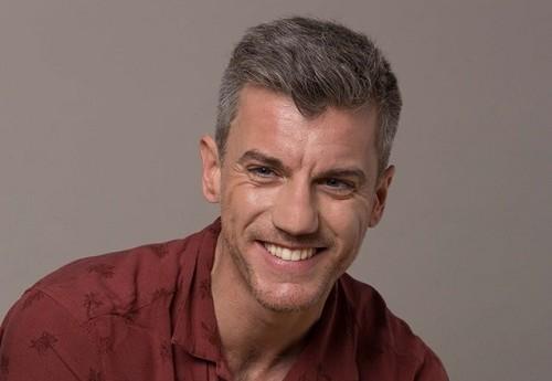 El actor Gonzalo Trujillo es Carlos en Fin de engaño Es el objeto del deseo de los hermanos García Saavedra, y podría ser que también de la riquísima abuela.