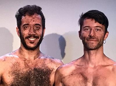 Los actores Anthony Kmeid y Aarón Comino Serrano, satisfechos y empanados en tierra después de la representación de Los Papeles. Foto Luis Muñoz Díez
