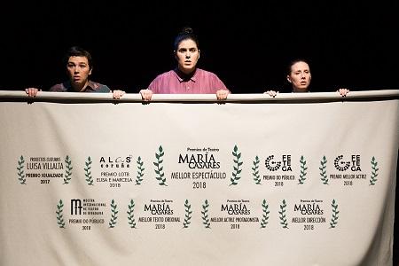 """Areta Bolado, Noelia Castro y Ailén Kendelman, sujetan a modo de pancarta, un cartel con todos los premios recibidos desde el estreno de """"Elisa y Marcela"""" Foto Pilar Abades"""
