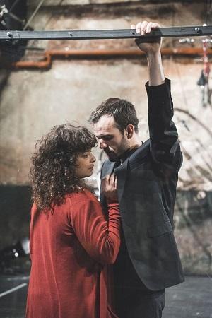 """En la imagen de Sandra Nieto, el actor Guillermo Sanjuán, y la actriz Rosa Manteiga, en una escena de """"Instrucciones para caminar sobre el alambre,"""""""