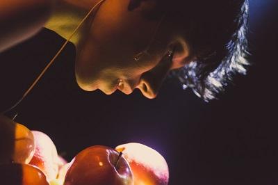 """En la imagen la actriz Natalia Huarte, un cálido sabor a manzana, para """"Delicuescente Eva"""", de Javier Lara"""