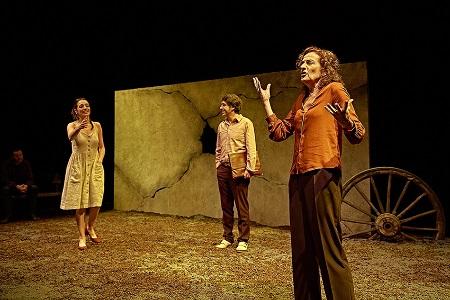 En la imagen de marcosGpunto, los actores Juan Vinuesa observa sentado a Zaira Montes, su mujer, a José Troncoso, Samuel y a Consuelo Trujillo, la madre.