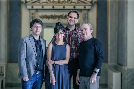 En la imagen de Javier Naval, José Troncoso, Carmen Barrantes, Jorge Usón y Mariano Marín, dramaturgo y director, actriz, actor y autor de la música de Con lo bien que estábamos.