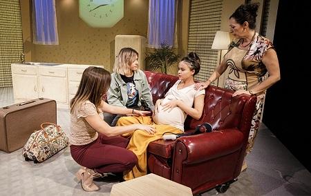 En la imagen las actrices Paola Ceballos, Majo Moreno, Beatriz Grimaldos y Pilar Manso en una escena de la obra Otoño en Abril de Carolina África