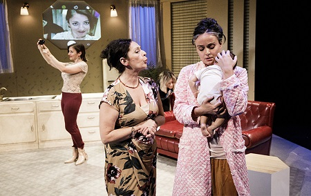 En la imagen las actrices Paola Ceballos, Pilar Manso y Beatriz Grimaldos, en una escena de la obra Otoño en Abril de Carolina África