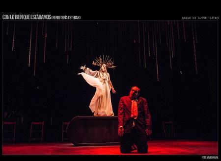 """En la imagen de Javier Naval, José Troncoso, Carmen Barrantes -en este caso como la musa de La música, intenta liberar a Ernesto -Jorge Usón- de su destino de ferretero, en un momento de la representación de """"Con lo bien que estábamos"""""""