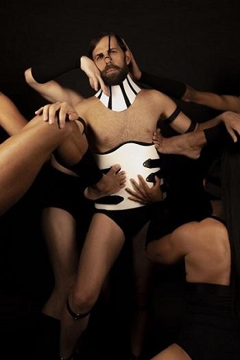 """Santi Senso, siempre cuida mucho la promoción de sus Actos Íntimos, como demuestra esta sensual imagen de Abel Trujillo, un adelanto de para """"La Tetraplejia de Cor"""""""