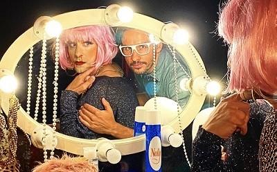 Brigitte y Pedro, apuesta por ponerle cara al futuro, en la imagen los actores Joseba Priego y Edu De Tena, mirándose en el espejo frente al que los coloca José Warletta en Brigitte.