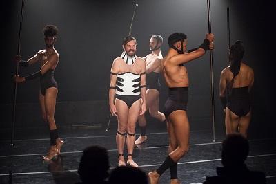 Hendy Ragel, Nacho Casares, Eduard Peña y Tadashi Ito, rodean a Senso, siendo su voz en el Acto Íntimo Tetraplejia de Cor ©Arles Fotografía