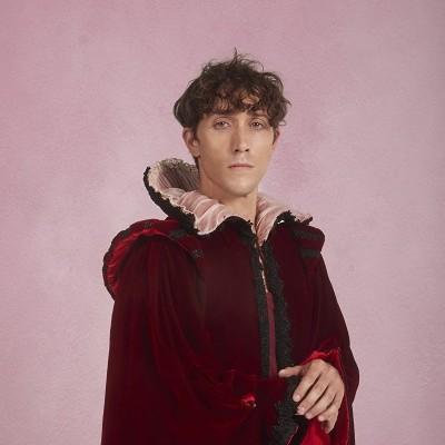 Joan Carles Suaues Hugo el niño índigo llamado a interpretar a la reina Isabel I de Inglaterra en Ternura Negra.