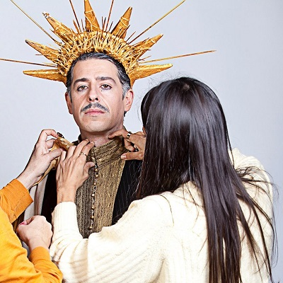 """En la imagen el actor José Bustos, Jacinto en La cresta de la ola, el único personaje que está feliz con ser él y tener a su """"mujera"""" Victoria. Foto Susana Martin."""