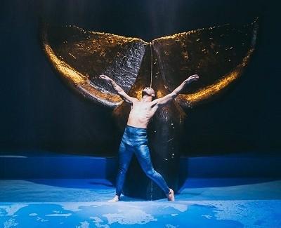 César Louzán ejecuta la coreografía de Amaya Galeote, ante la ballena varada. Foto