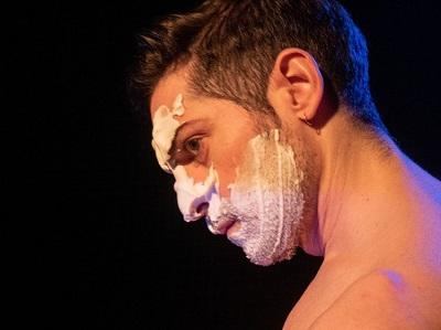 Andrés Acebedo inicia la escalera. La espuma de afeitar es una primera máscara, que en la infancia nos hacia viejos o Papá Noel