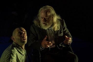 En la imagen los actores Denís Gómez y Chema de Miguel en J'attendrai de José Ramón Fernández ©Laura Ortega