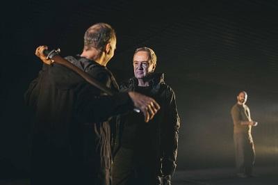 Banquo -Jorge Kent- con Macbeth -Carlos Hipólito-, observados por Ross -Markos Marín Foto Sol Soria