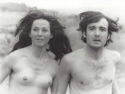 """En la imagen los actores Julieta Serrano y José Renovales, en """"Tirarse al monte"""", de Alfonso Ungría, en una imagen tan liberaría, que únicamente tenía parangón en el cine francés o italiano."""