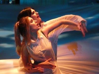 En la cantante lírica Jazzy, acompañada por Sara Vega, en una brillante coreografía.