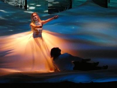 En la cantante lírica Jazzy, en otro momento de la coreografía con el propio Amargo a sus pies. acompañada por Sara Vega, en una brillante coreografía, de Amargo.