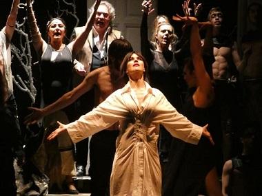 En primer plano Sara Vega Yerma, tras ella Daniel Navarro-Víctor, como telón de fondo los flamencos, en una simbólica representación del pueblo