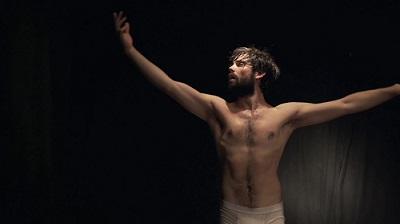 El actor Ferrán Plana ejecutando su danza de liberación a modo de prólogo.
