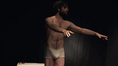 El actor Ferrán Plana ejecutando su danza de liberación