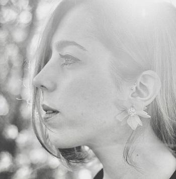 En la imagen la artista Julia Peti Collage, autora de los 12 collage, que se oueden ver en Nave73 -Madrid-