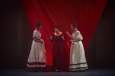 En la imagen Mariana y sus amigas Amparo y Lucia, interpretadas por Laia Marull, Silvana Navas y Sara Cifuentes