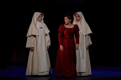 En la imagen Mariana y con las novicias, interpretadas por Laia Marull, Silvana Navas y Sara Cifuentes