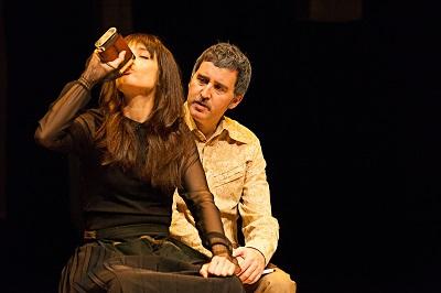 """En la imagen los actores Zaira Montes y Juan Vinuesa. Juana aferrada a su petaca, y Max en """"Paloma negra"""" de Alberto Conejero ©Susana Martín"""