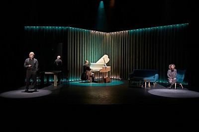 Los actores Adolfo Fernández, Marc Parejo y Sonia Almarcha, el espacio escénico creado por Emilio Valenzuela. ©Sergio Parra