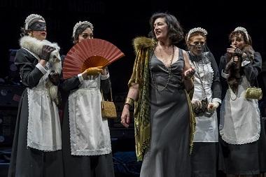 La actriz María José Peris interpreta a Tórtola Valencia, tras ella camufladas de doncellas Marta Chiner, Alejandra García, Anaïs Duperrein, Anna Casas