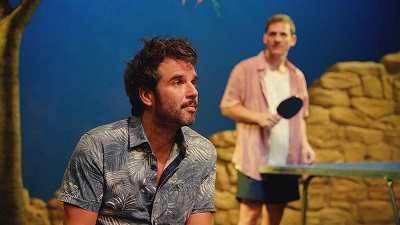 En la imagen el actor Raúl Peña, que es el infiel y contento Alejandro, al fondo César Camino el pacificador Antonio.