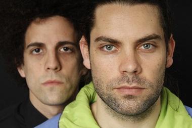 Los actores Antonio Curros y Ferran Plana, son un los ingredientes perfectos para representar la atracón y el rechazo que sienten los dos hermanos.