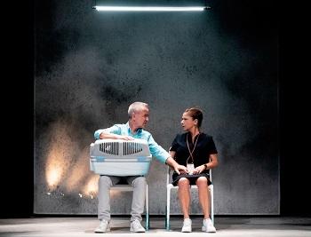 En la imagen los actores Carlos Hipólito y Mapi Sagasetade en Rita de Marta Buchaca Javier Naval