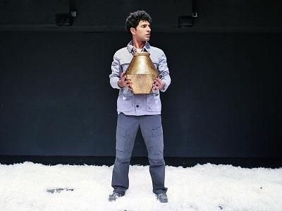 El actor Efraín Rodríguez, recrea al trabajador latinoamericano con toda la calidad humana que precisa en Cuando caiga la nieve de Javier Vicedo Alós Foto