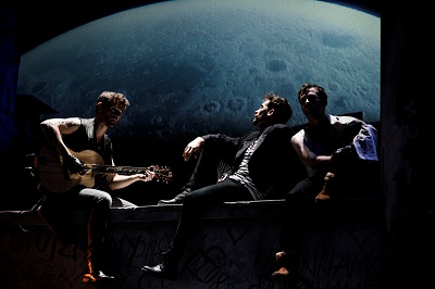 Los actores Gonzalo Ramos -Anselmo- Andreas Muñoz -Roselo- y Xabi Murua -Martin- enamorados cantan a la luna -Castelvines y Monteses- de Lope recreado por Peris-Mencheta ©BárbaraSánchezPalomero